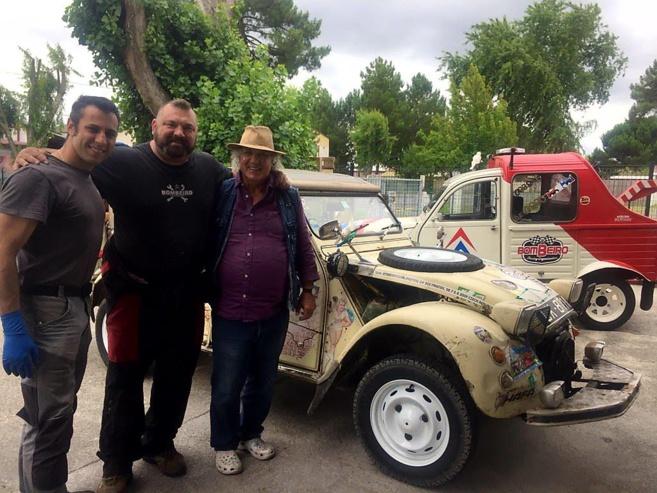 Jean Meyer et sa 2cv préparé raid avec Jeff et Julien, associés au garage Pyla Classic Cars