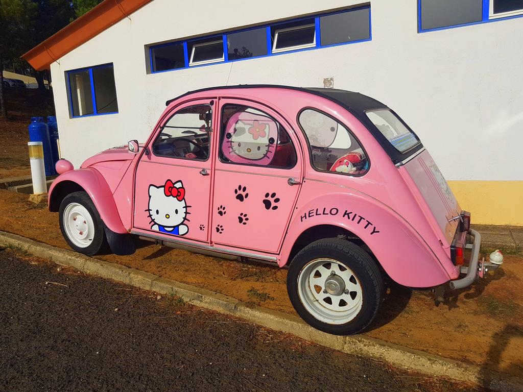 2cv Hello Kitty vue à la Mondiale de la 2cv au Portugal