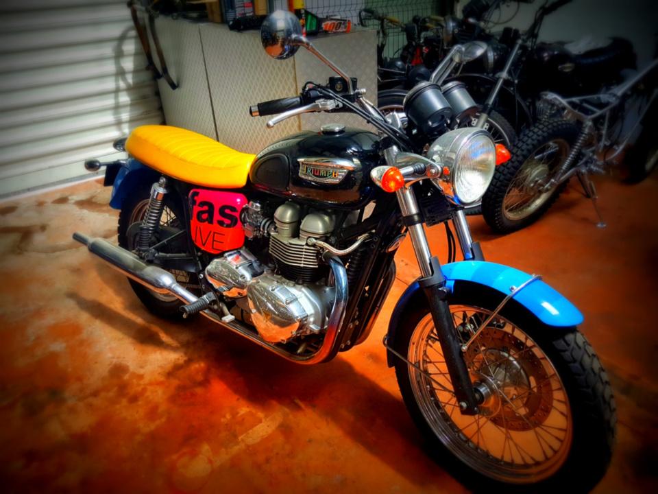 La moto n°11 Triumph Bonneville édition limitée Paul Smith série Live Fast chez Pyla Classic Cars