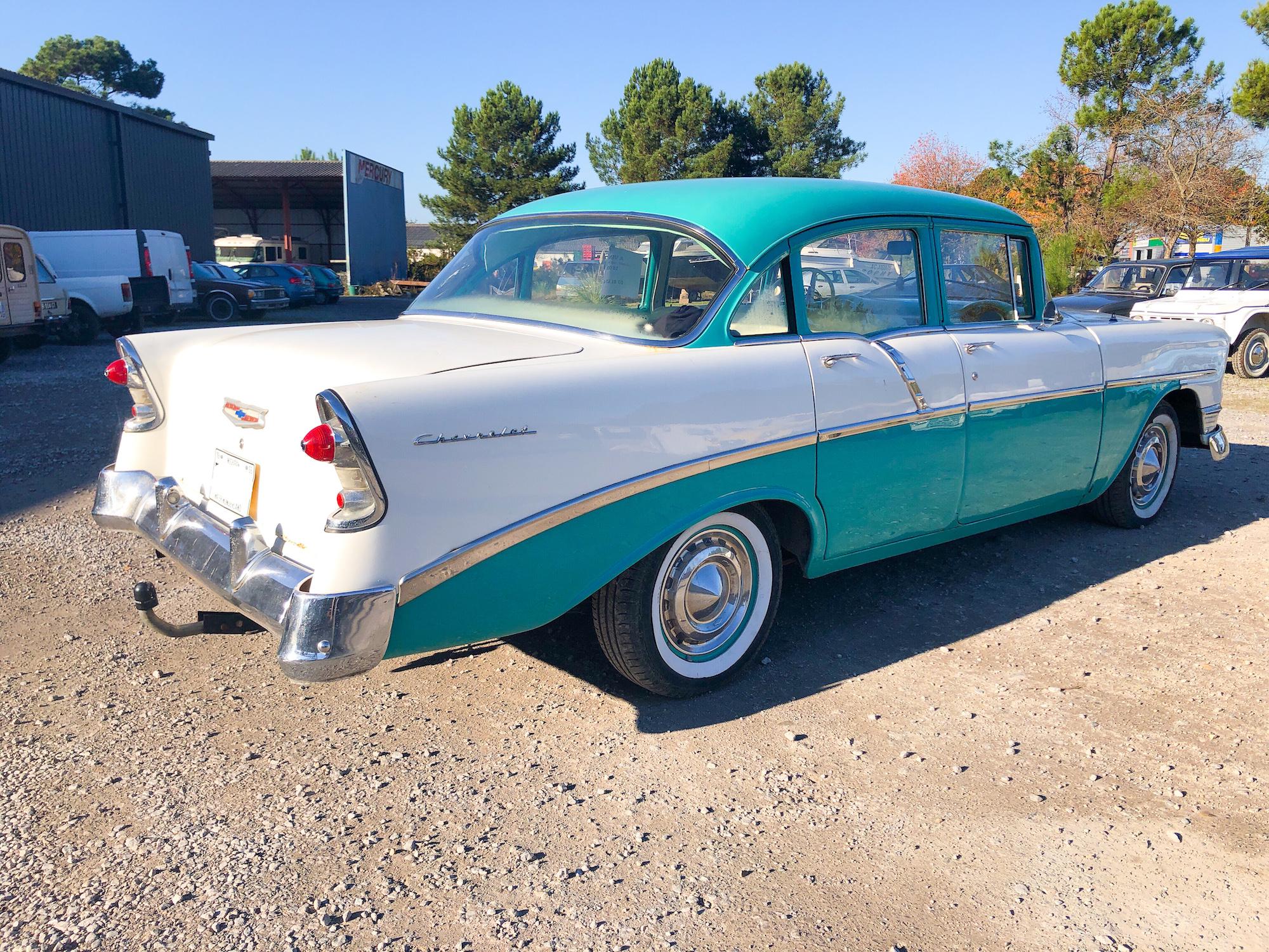 A vendre Chevrolet Bel Air de 1956 4 portes 6 places  6 cylindres à finir de restaurer