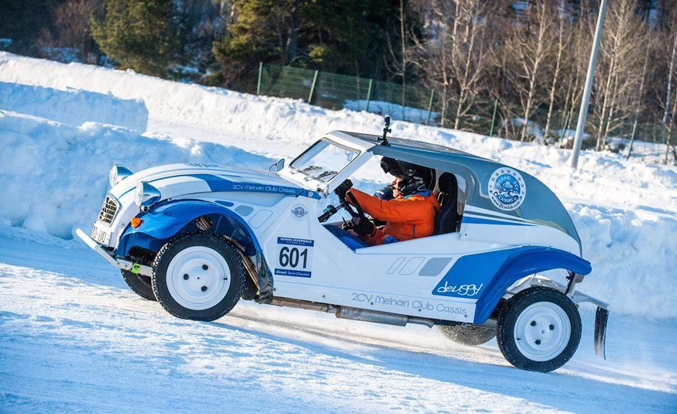 Course 2cv sur glace, le deuggy conduit par Franck GÉRARD
